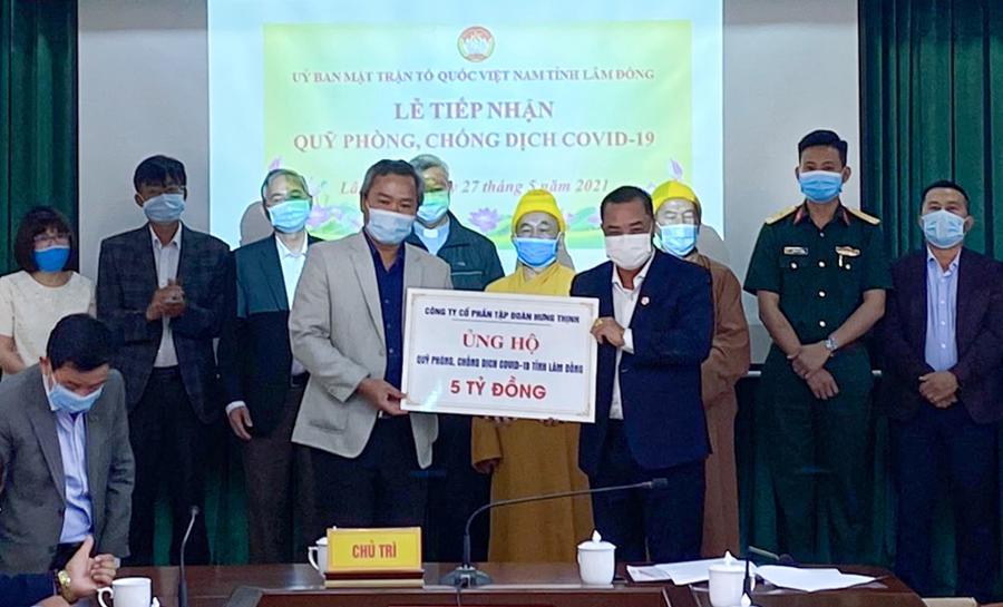 Ông Lê Hồng Việt - Phó Chủ tịch kiêm Phó Tổng Giám đốc Tập đoàn Hưng Thịnh (bên phải) trao tặng 5 tỷ đồng cho Quỹ phòng, chống Covid-19 tỉnh Lâm Đồng.