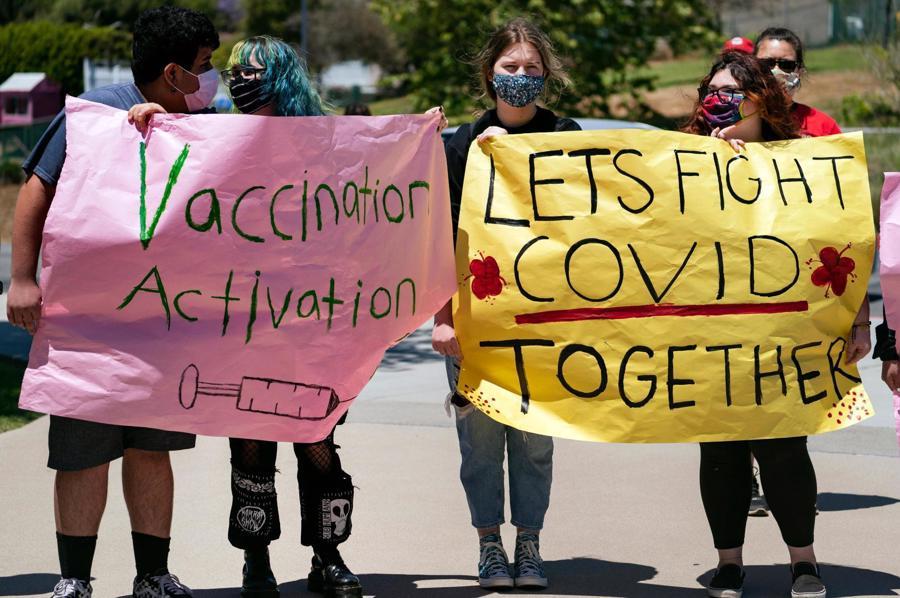 Học sinh tại California kêu gọi thanh thiếu niên trên 12 tuổi tiêm vaccine Covid-19 - Ảnh: AP
