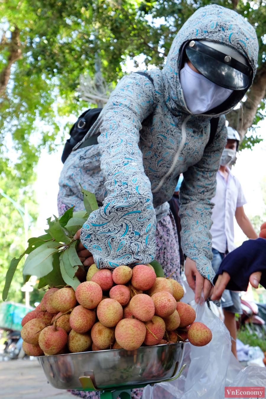 Người dân Hà Nội hào hứng mua vải sớm Bắc Giang - Ảnh 5