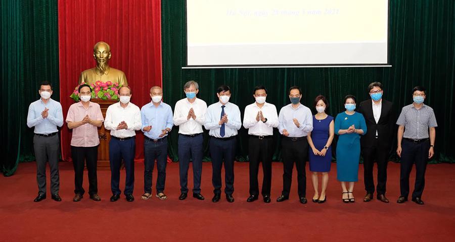 Bộ trưởng Nguyễn Thanh Long thay mặt ngành y tế tiếp nhận hỗ trợ chi phí mua vaccine phòng COVID-19 từ các đơn vị trên cả nước.