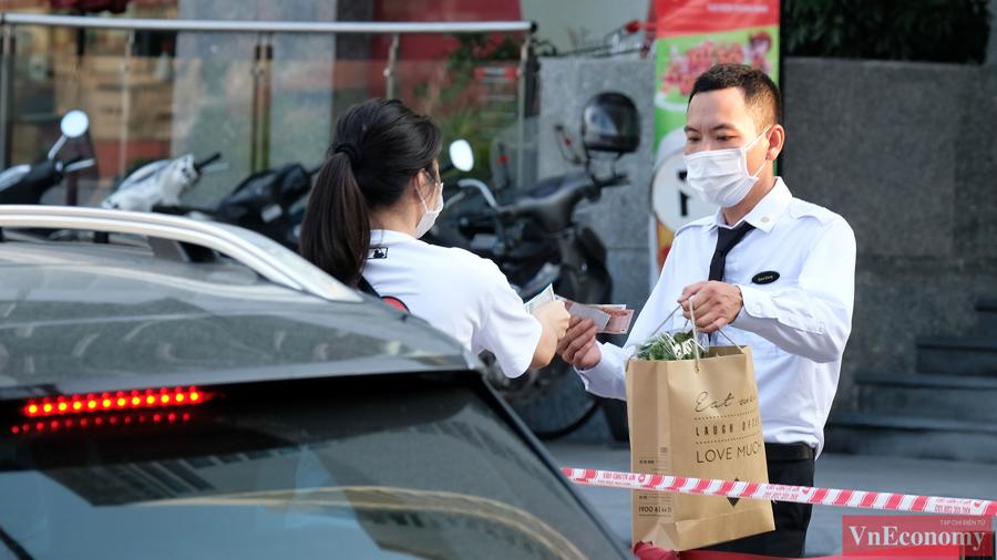 Hiện cư dân và những người làm việc tạitoà nhà tổ hợp Trung tâm thương mại và khách sạn Fraser Suites tỏ ra rất hợp tác, nhanh chóng khai báo y tế và lấy mẫu xét nghiệm.