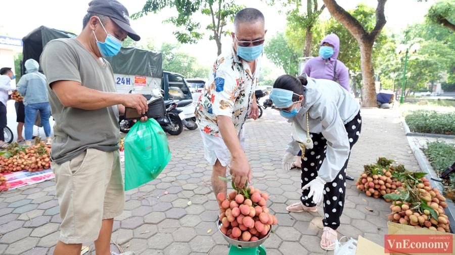 Người dân Hà Nội hào hứng mua vải sớm Bắc Giang - Ảnh 4