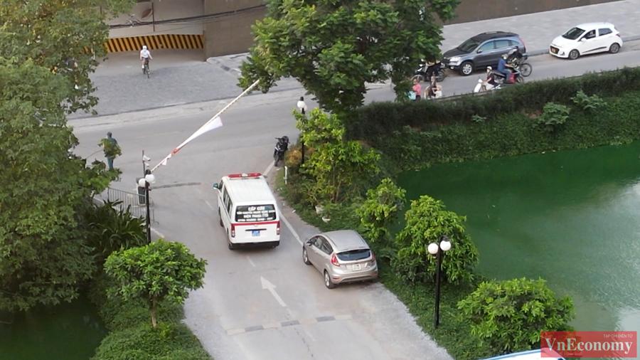 Theo CDC Hà Nội, ngày 14/5, bệnh nhân có về Bắc Ninh lấy mẫu xét nghiệm tại công ty lần 1 âm tính, sau đó về nhà tại Tây Hồ tự cách ly. Ngày 28/5, bệnh nhân được lấy mẫu xét nghiệm lần 2. Ngày 29/5 có kết quả dương tính với SARS-CoV-2.