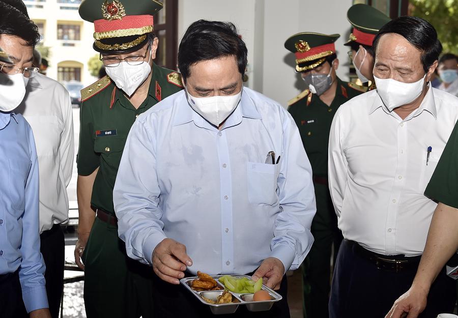 Thủ tướng kiểm tra khu vực bếp ăn, khẩu phần ăn của cán bộ, chiến sĩ và lực lượng làm nhiệm vụ tại đây.