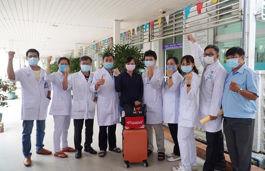 13 thành viên của đội phản ứng nhanh cùng các y bác sỹ tại Bệnh viện Chợ Rẫy tỏ rõ quyết tâm chiến thắng dịch bệnh.