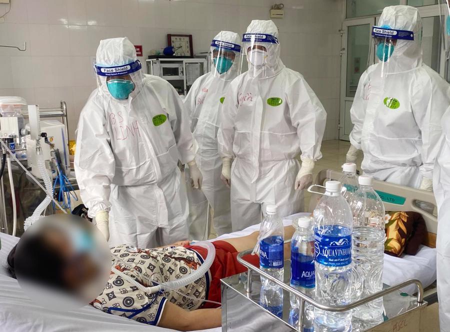 Ngay khi đặt chân tới Bắc Giang, các y bác sỹ đã bắt tay vào việcđiều trị cho các bệnh nhân mắc Covid-19 tại Bệnh viện Phổi Bắc Giang theo phương châm 4 tại chỗ.