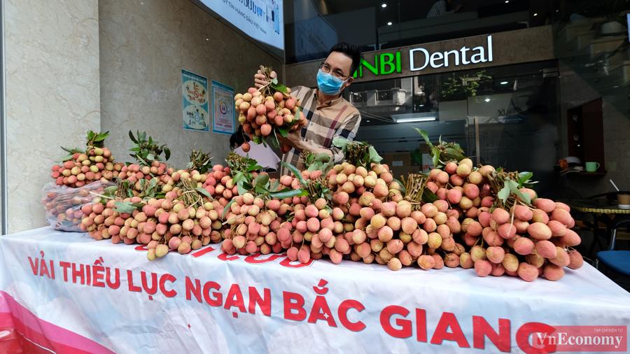 Người dân Hà Nội hào hứng mua vải sớm Bắc Giang - Ảnh 2