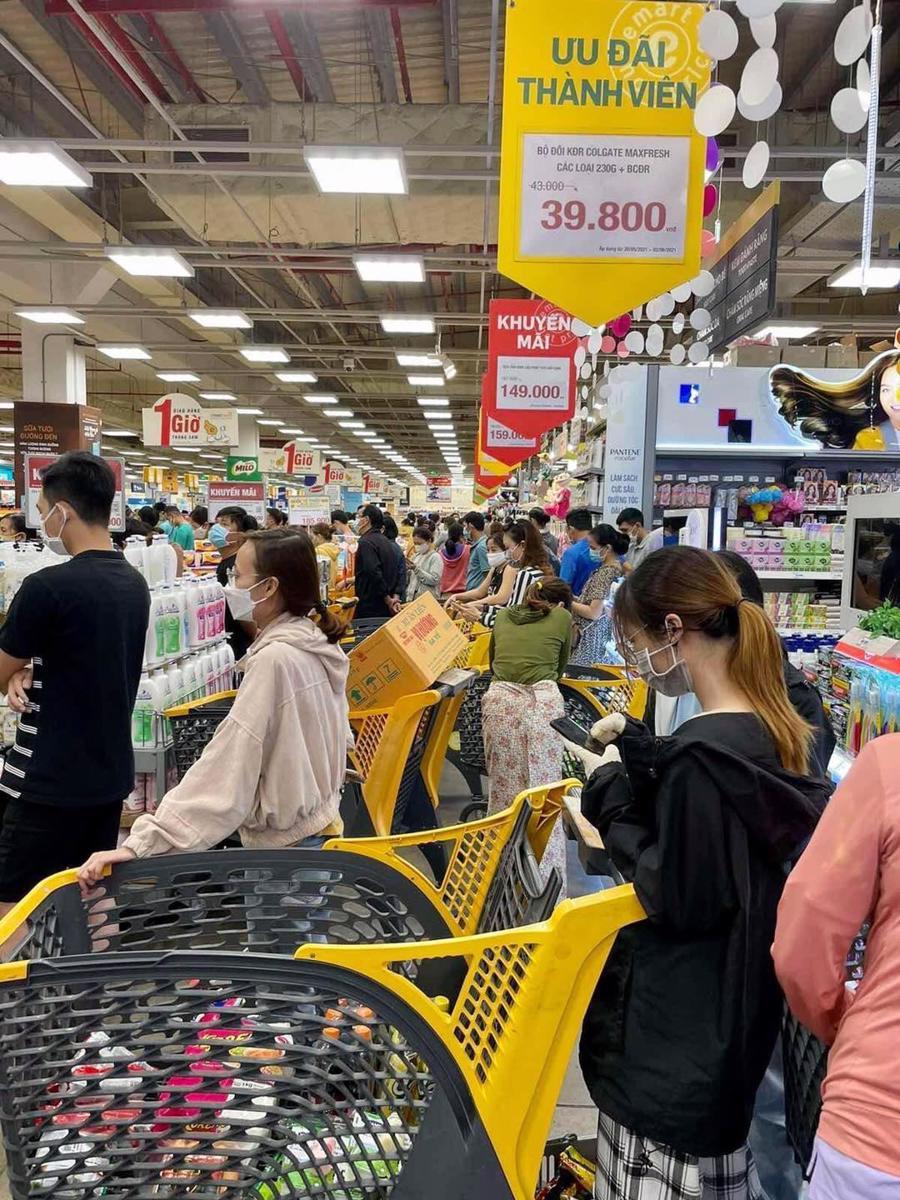 Chen chúc chờ tính tiền tại Emart Gò Vấp.