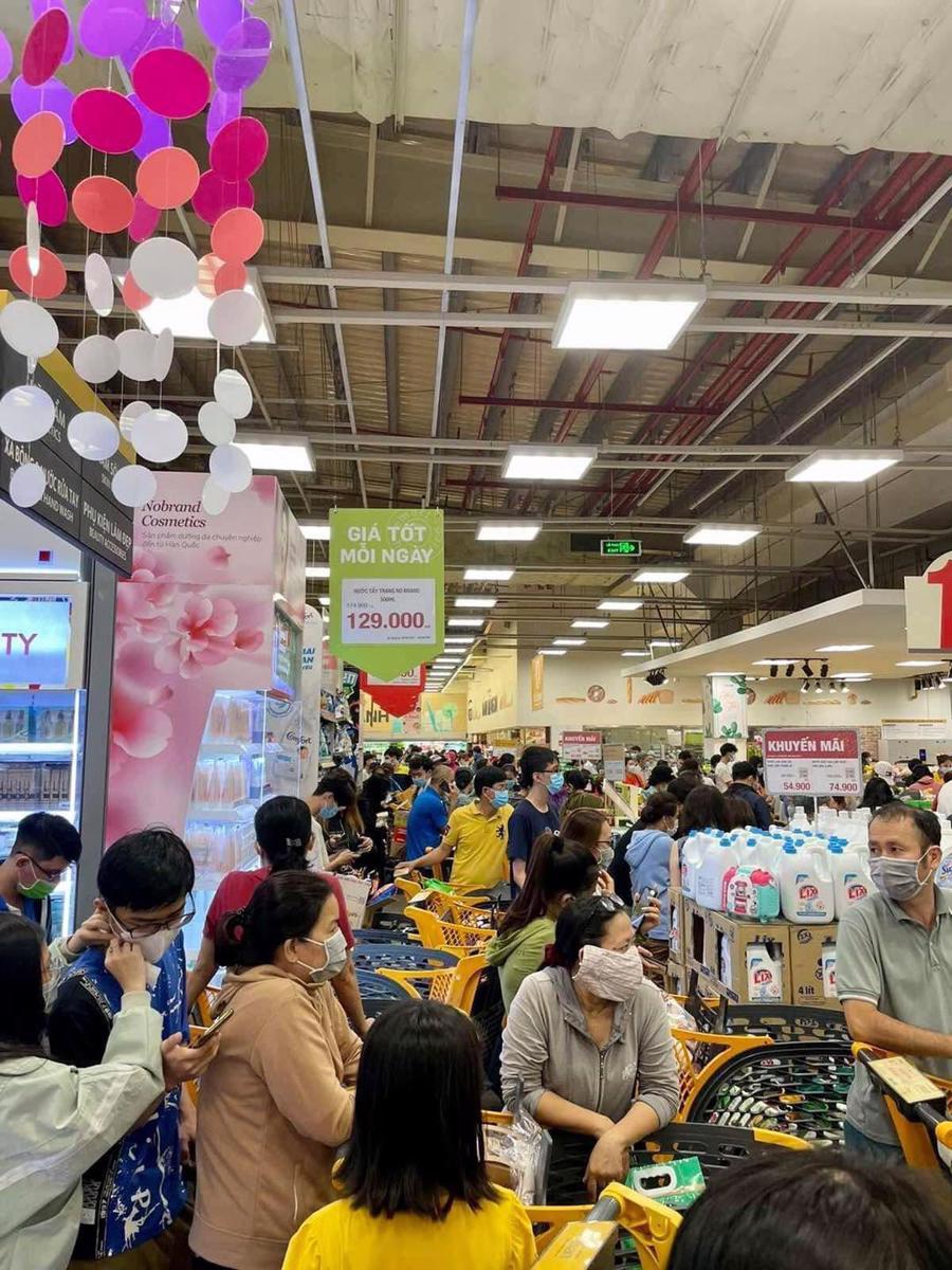 Phía trong siêu thị Emart Gò vấp, tất cả các lối đi giữa các quầy hàng gần như kín người, không còn lối đi.