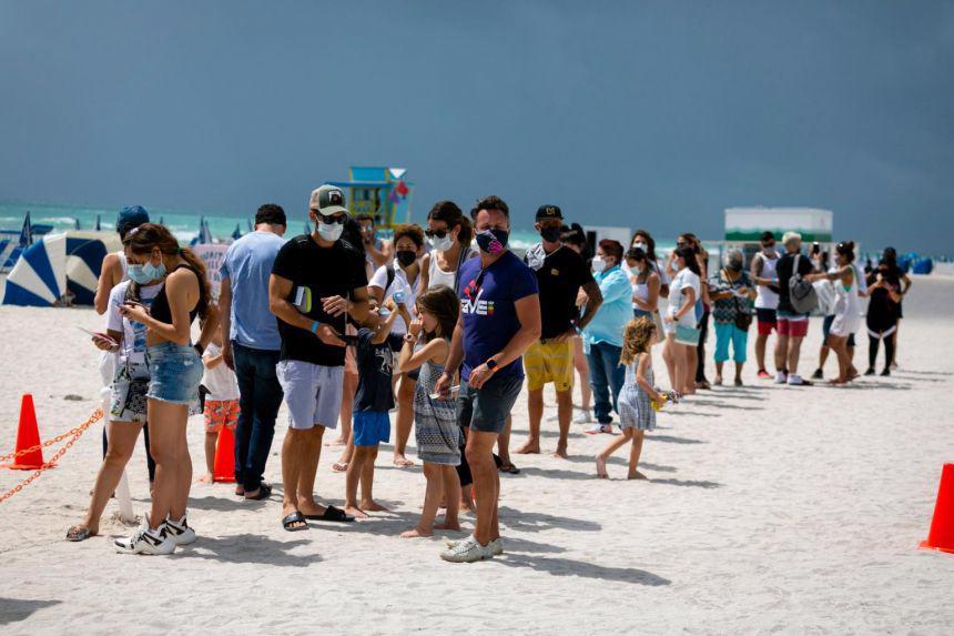 Dòng người xếp hàng chờ tiêm vaccine của Johnson & Johnson tại một điểm tiêm chủng lưu động ở South Beach, Florida, ngày 9/5 - Ảnh: AFP