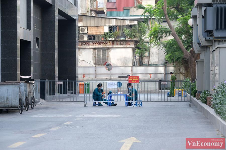Trước mắt, quận Đống Đa quyết định phong tỏa mềm tòa nhà 97-99 phố Láng Hạ, tạm thời đóng cửa toàn bộ các cửa ra vào.
