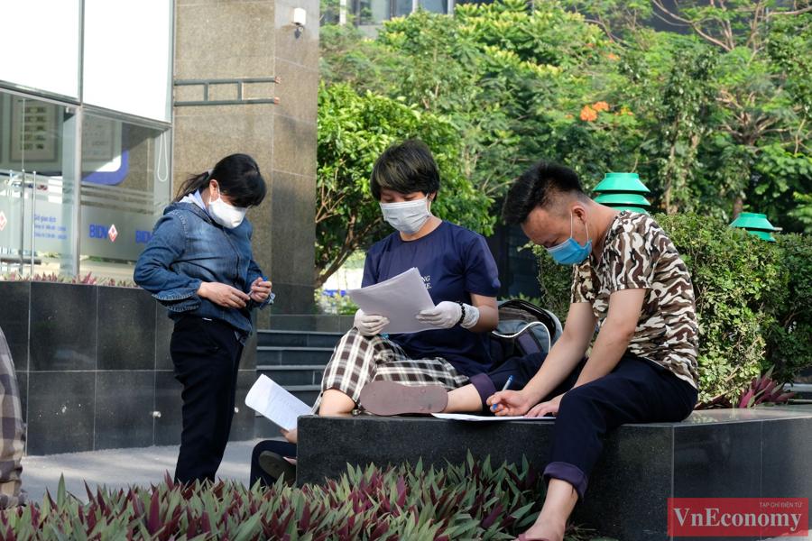 Tuy vậy, người dân rất hợp tác, nhiều người ngay lập tức ngồi tại chỗ để khai báo y tế.