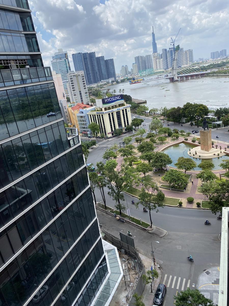 Công trường Mê Linh,vòng xoay trung tâm Quận 1, kế cậnsông Sài Gòn thường kẹt xe, nay cũng vắng lặng.