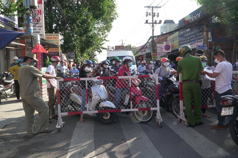 Nhiều người dân vẫn không hay biết, vẫn di chuyển tới các điểm chốt chặn ở Gò Vấp gây ùn ứ giao thông.