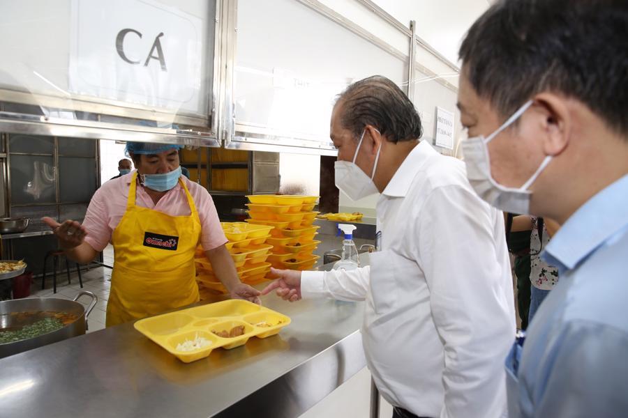 Phó Thủ tướng Thường trực Trương Hòa Bình kiểm tra khẩu phần ăn cho người lao động tại Công ty Nikkiso - Ảnh: VGP