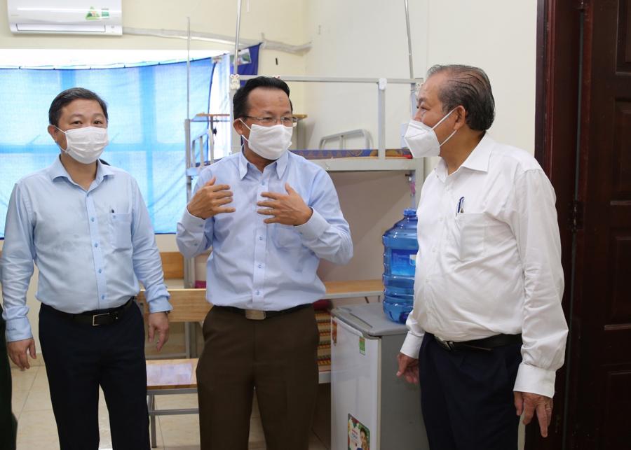 Phó Thủ tướng Thường trực Chính phủ Trương Hòa Bình kiểm tra các phòng cách ly ở ký túc xá Đại học Quốc gia Tp.HCM - Ảnh: VGP