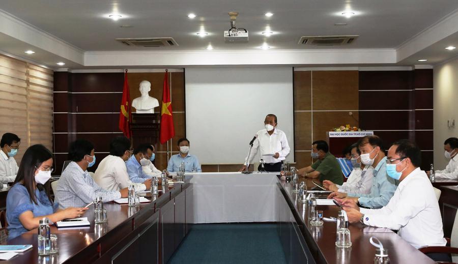 Phó Thủ tướng Thường trực Trương Hòa Bình cùng các thành viên trong đoàn họp với lãnh đạo Đại học Quốc gia Tp.HCM - Ảnh: VGP