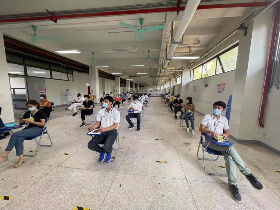 Công nhân Khu công nghiệp Quế Võ (TP. Bắc Ninh) chờ đến lượt tiêm vaccine. Ảnh - Tuấn Dũng.