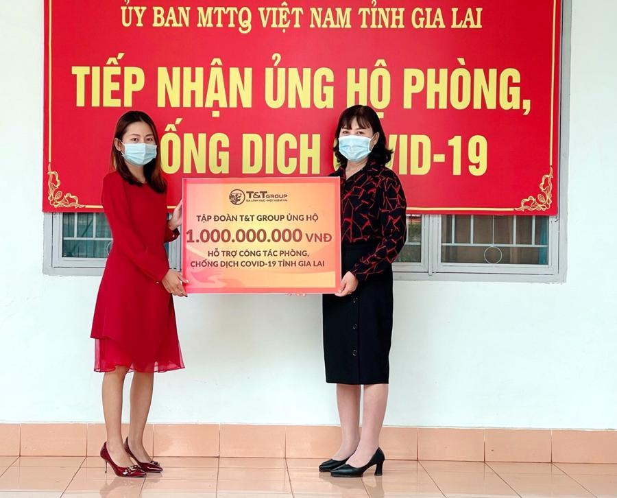 Đại diện Tập đoàn T&T Group trao hỗ trợ cho đại diện Uỷ ban Mặt trận Tổ quốc Việt Nam tỉnh Gia Lai.