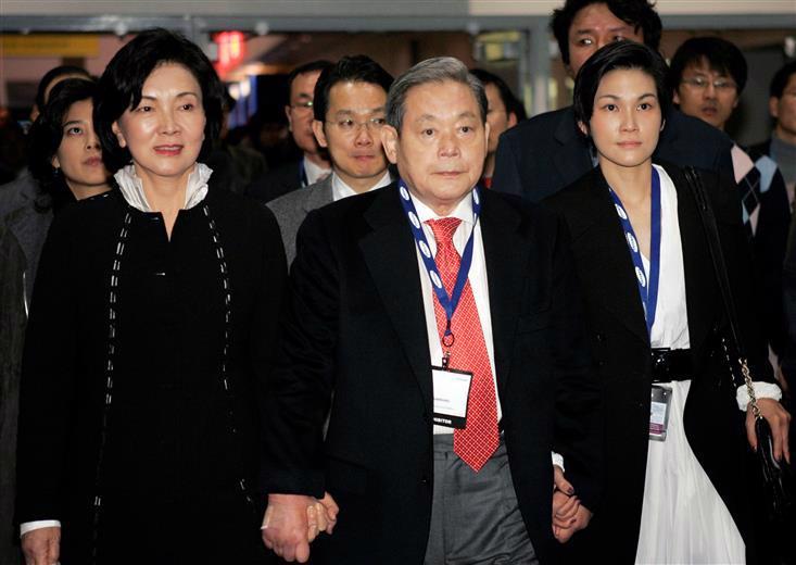 Ông Lee Kun-hee (giữa) lúc sinh thời và bà Hong Ra-hee (trái) - Ảnh: Yonhap