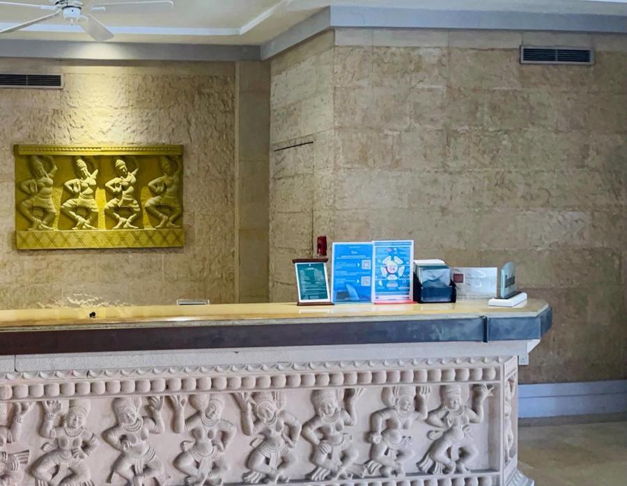 Tại Furama Resort Đà Nẵng, bảng hướng dẫn du khách cài đặt và sử dụng ứng dụng Du lịch Việt Nam an toàn luôn được đặt tại quầy lễ tân.