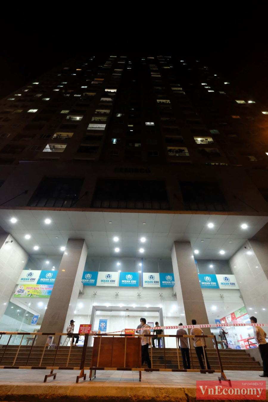 Hà Nội tạm phong tỏa, phun khử khuẩn tòa nhà Hemisco Xa La - Ảnh 2