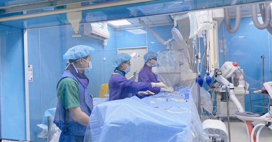 Các bác sĩ khoa Chẩn đoán hình ảnh đang can thiệp lấy huyết khối xoang tĩnh mạch não cho bệnh nhân.