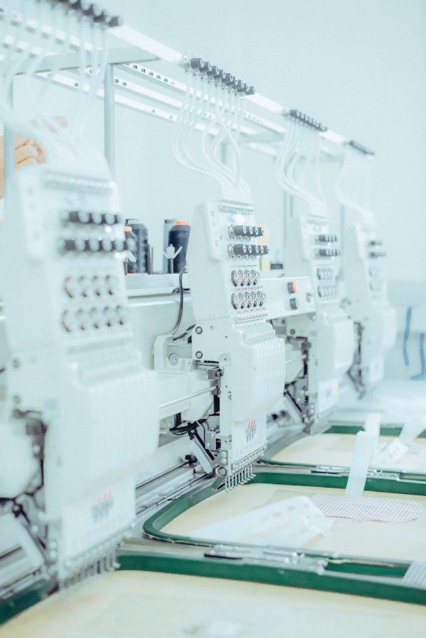 Những dây chuyền máy móc nhập khẩu từ Ý, Nhật được những người thợ lành nghề của Giovanni sử dụng để sản xuất ra sản phẩm thời trang hạng sang.