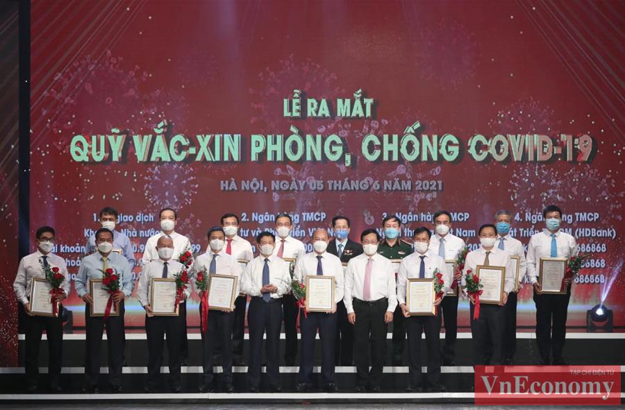 Phó thủ tướng Phạm Bình Minh và Bộ trưởng Bộ Tài chính Hồ Đức Phớctrao chứng nhận và hoa cảm ơn các doanh nghiệp.