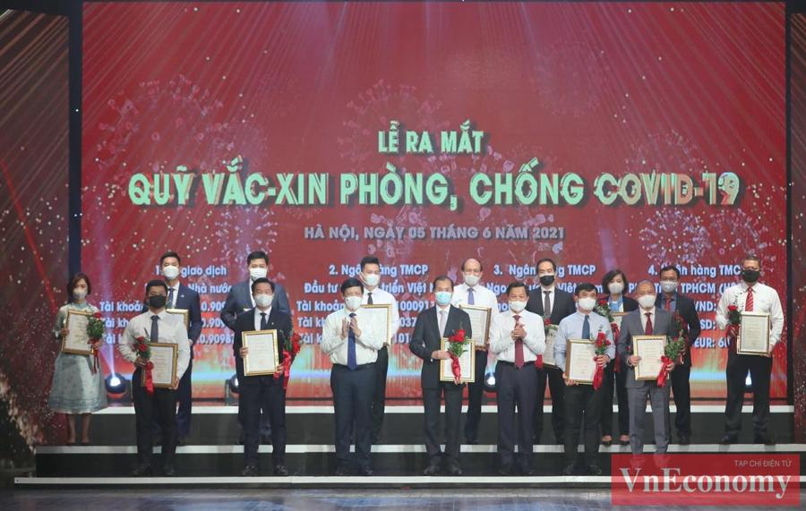 Phó Thủ tướng Chính phủ Lê Minh Khái và Bộ trưởng Bộ Y tế Nguyễn Thanh Longtrao chứng nhận và hoa cảm ơn các doanh nghiệp đóng góp tiếp theo.