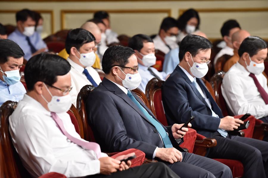 Thủ tướng Phạm Minh Chính và lãnh đạo các bộ, ngành nhắn tin ủng hộ Quỹ - Ảnh: VGP