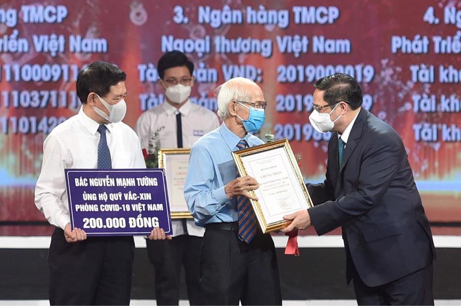 Thủ tướng Chính phủ Phạm Minh Chínhtrao chứng nhận, hoa cảm ơnbác Nguyễn Mạnh Tường 82 tuổi, cán bộ hưu trí ngành đường sắt.