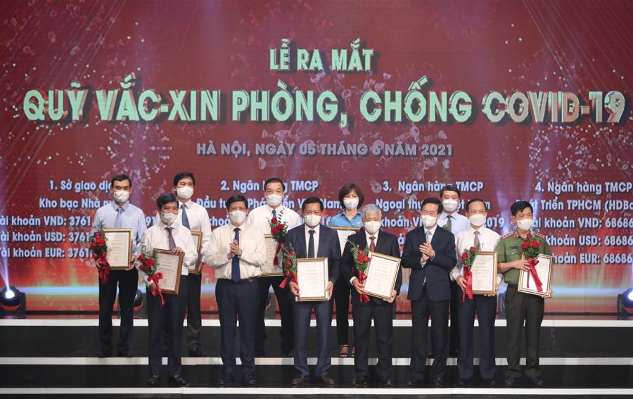 Thường trực Ban Bí thư Võ Văn Thưởng, Bộ trưởng Bộ Y tế Nguyễn Thanh Long và đại diện bộ ngành, DN đóng góp cho Quỹ vaccine phòng chống COVID-19. Ảnh VGP