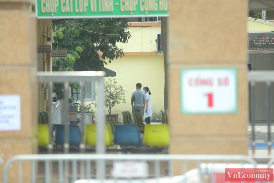 Nhiều người dân tỏ ra lo lắng cho người nhà đang điều trị trong bệnh viện.