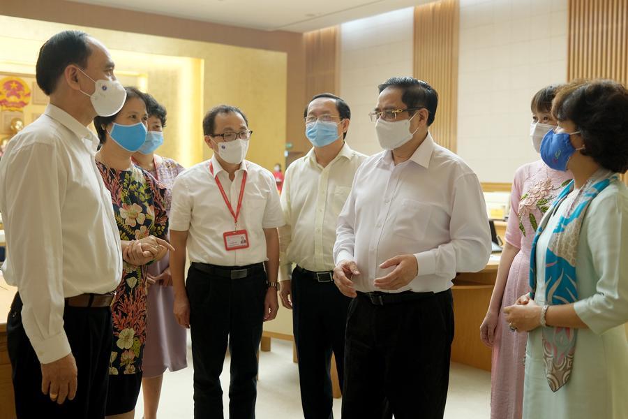 Thủ tướng Phạm Minh Chính trao đổi vớicácđại biểu tham dự buổi làm việc - Ảnh: VGP/Quang Hiếu