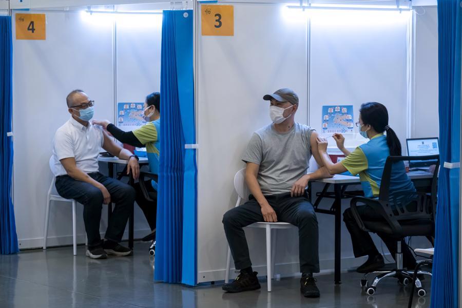 Một điểm tiêm vaccine ở Hồng Kông - Ảnh: Reuters
