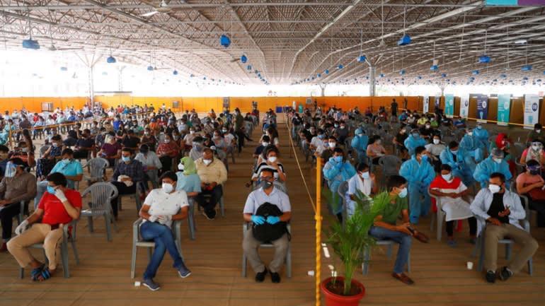 Người dân Ấn Độ đợi tiêm phòng Covid tại một trung tâm ở New Delhi hôm 4/5 - Ảnh: Reuters.