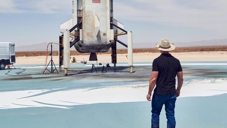 Jeff Bezos ngắm tên lửa của tàu New Shepard sau một chuyến thử nghiệm thành công hồi tháng 4 ở Texas - Ảnh: Blue Origin.