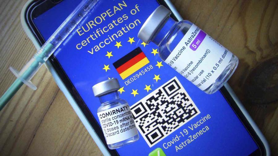 Chứng nhận COVID điện tử EU dự kiến ra mắt vào ngày 1/7 - Ảnh: Reuters