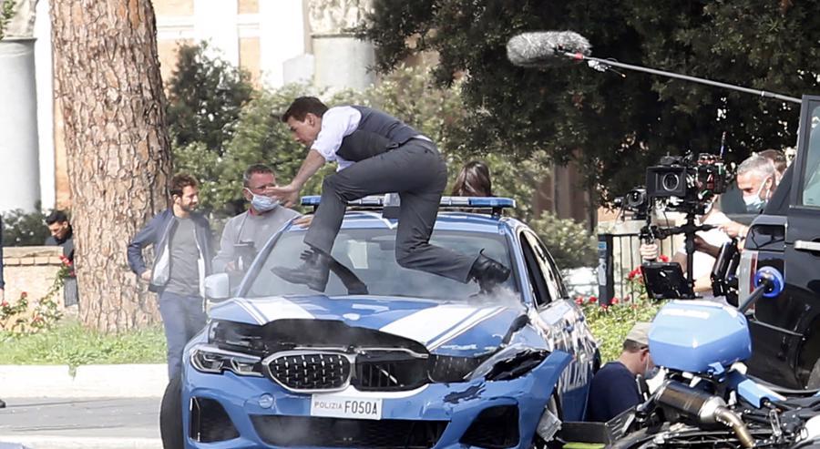 Tom Cruise là nam diễn viên chính và cũng đồng thời là nhà sản xuất của bộ phim.