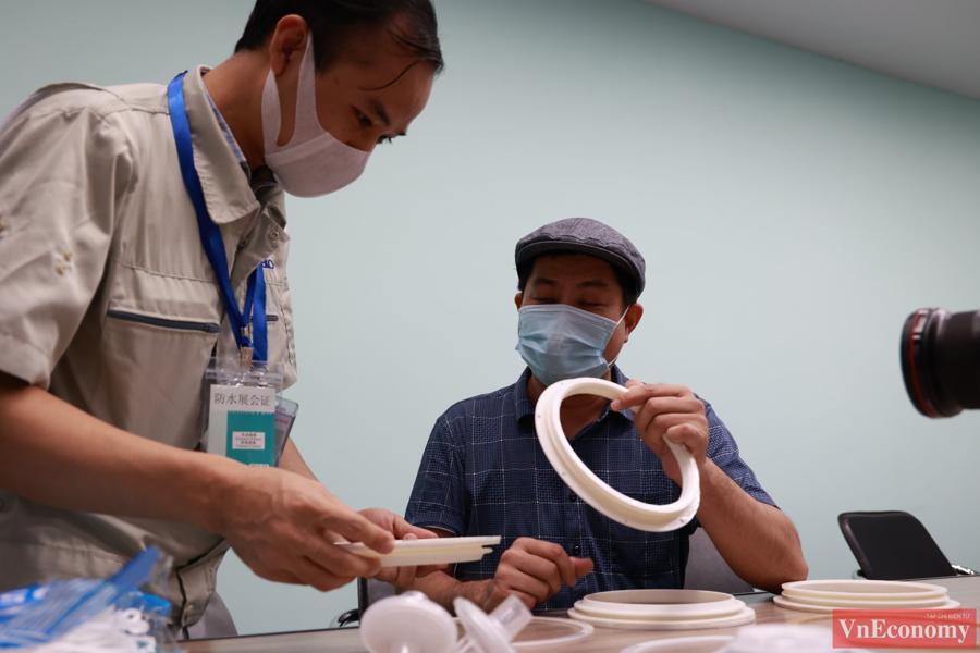 Buồng có thể di động bất cứ vị trí nào, cho phép nhân viên y tế không cần mặc trang phục bảo hộ dày, nặng và phải bỏ đi sau mỗi lần sử dụng, cũng như ít tốn các thiết bị bảo hộ khác.