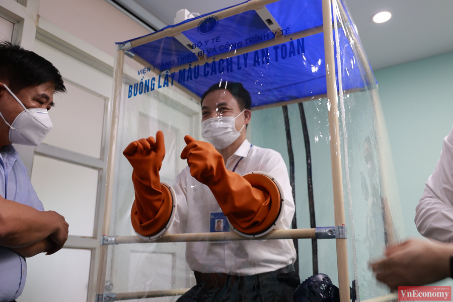 Đôi găng tay y tế có thể lắp đặt và thay thế dễ dàng.Nhân viên y tế thao tác lấy mẫu vô cùng thoải mái và tiện lợi.