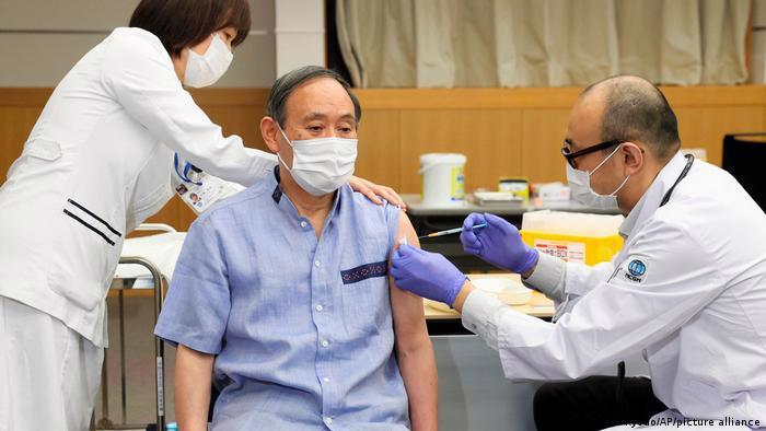 Thủ tướng Nhật BảnYoshihide Suga tiêm mũi vaccine Covid-19 đầu tiên vào ngày 16/3 - Ảnh: AP