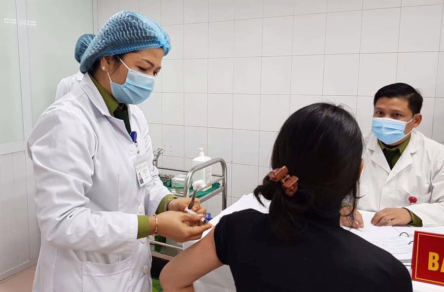 Tiêm vaccine thử nghiệm cho tình nguyện viên tại Việt Nam - Ảnh: VGP