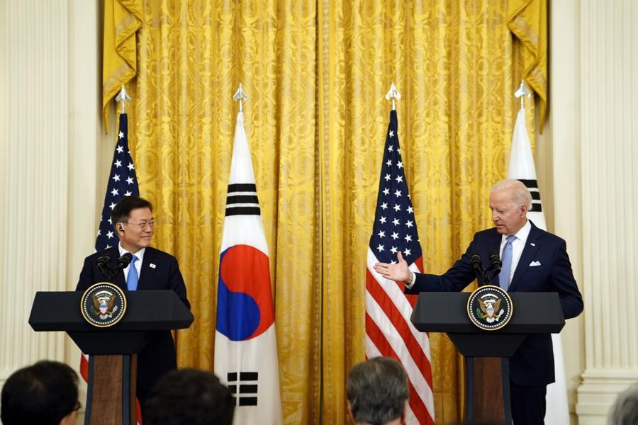 Tổng thống Mỹ Joe Biden (phải) và Tổng thống Hàn Quốc Moon Jae-in tại cuộc họp báo ở Nhà Trắng sau cuộc gặp thượng đỉnh vào ngày 21/5 - Ảnh: Bloomberg