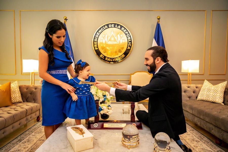 Tổng thống Nayib Bukele của El Salvador cùng vợ và con gái - Ảnh: El Pais.