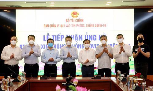 Bộ trưởng Hồ Đức Phớc (thứ ba từ trái sang) cùng đại diện Ban Quản lý Quỹ chụp ảnh lưu niệm cùng các nhà tài trợ. Ảnh: Hồng Vân.