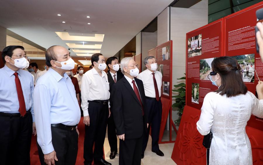 Tổng Bí thư Nguyễn Phú Trọng, Chủ tịch nước Nguyễn Xuân Phúc và các đại biểu tham quan, nghe giới thiệu tại triển lãm - Ảnh: VGP/Nhật Bắc