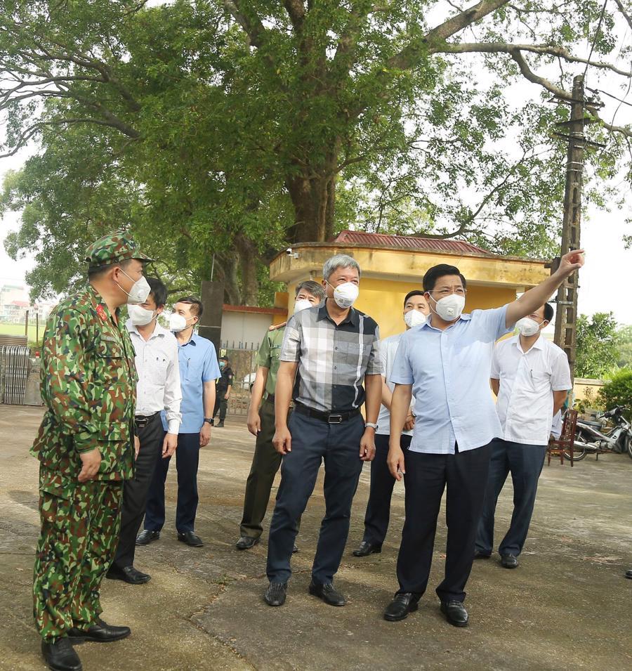 Bí thư Tỉnh ủy Bắc Giang và Thứ trưởng Bộ Y tế đi kiểm tra điểm cách ly tại Trường Cao đẳng Kỹ thuật công nghiệp tại xã Tân Dĩnh, huyện Lạng Giang, tỉnh Bắc Giang.