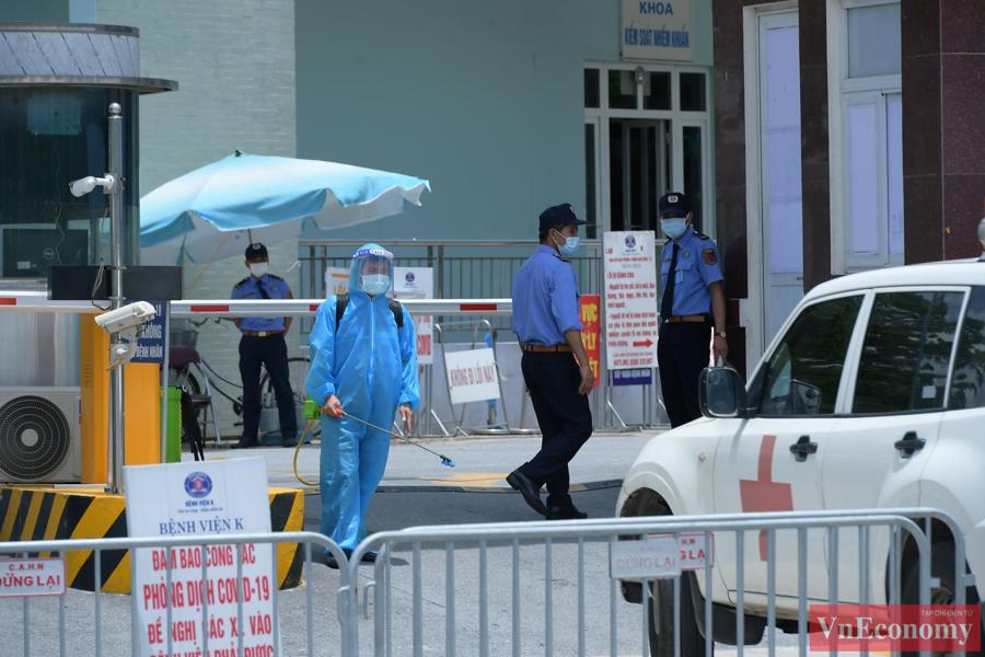 Bệnh viện K cơ sở Tân Triều trước giờ gỡ bỏ phong tỏa vẫn tiếp tục thực hiện nghiêm túc công tác cách ly.Mọi xe ra vào bệnh viện đều được phun khử khuẩn.